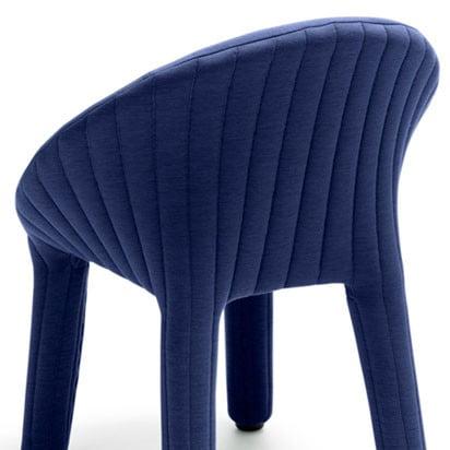 Von wegen Jacke gleich Hose: Der StuhlCoupevon Läufer + Keichel kleidet sich in weich wattiertes Textil