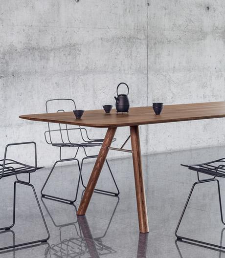 Massive, multifunktionale Tischfamilie von Girsberger