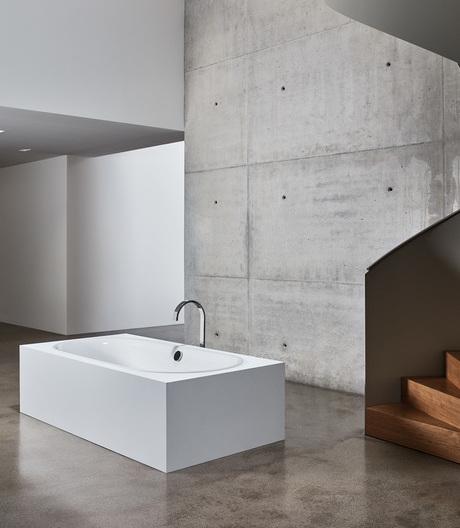Ein Badobjekt von Bette mit fließenden Formen und filigranen Außenkanten