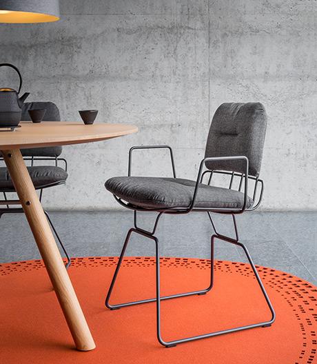 Ein Stuhl von Alfredo Häberli für Girsberger und den Rockefeller Dining Room