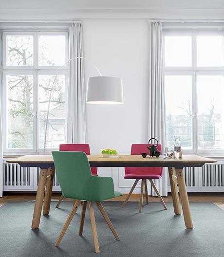 Ein ausziehbarer Massivholztisch von Girsberger