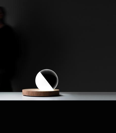 Neue Lichtszenarien: Tischleuchte von Omar Carraglia für Davide Groppi.