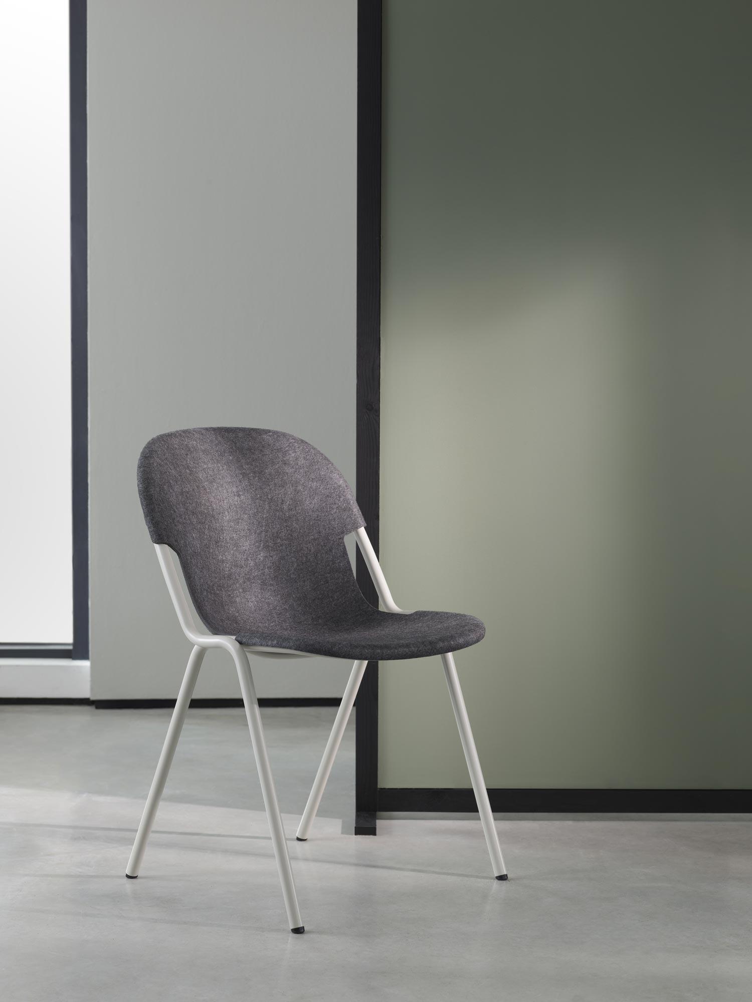 Stapelbarer Recycling-Stuhl von Michael Young für Modus