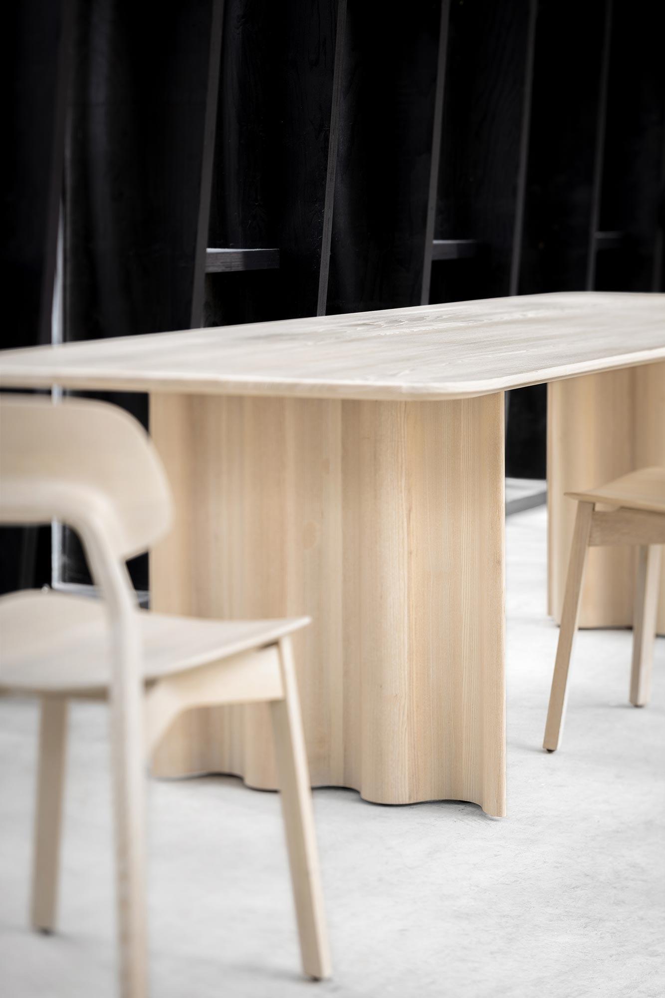 Welliger Massivholztisch von Läufer & Keichel für Zeitraum