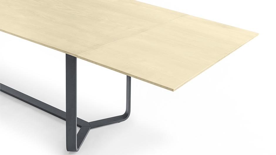 Tisch von Girsberger mit markanter Gestellstruktur