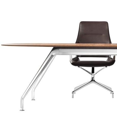 Wilkhahns passender Tisch zum Konferenzsessel von Jehs+Laub