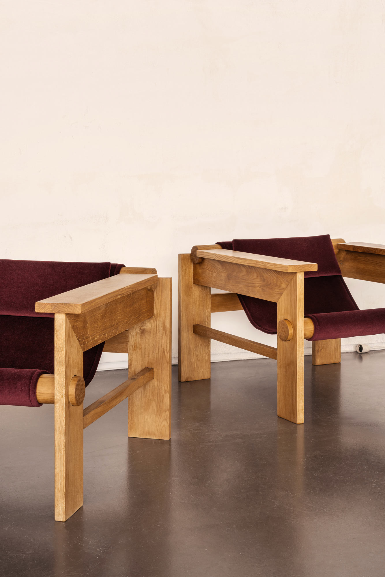 Geometrisch kontrastreiches Sitzmöbel von Studio Haos