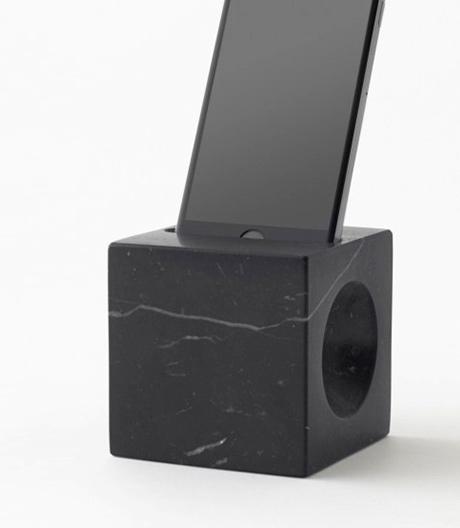 Hält und verstärkt: ein marmorner Smartphone-Halter von Nendo fürdenitalienischen Möbelhersteller Marsotto.