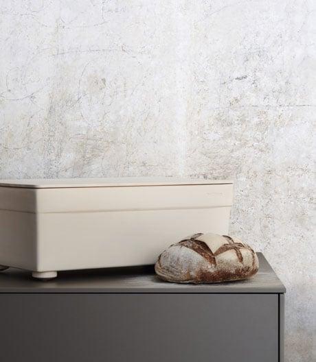 Der Behälter aus Steingut und Holz hält Brot länger frisch