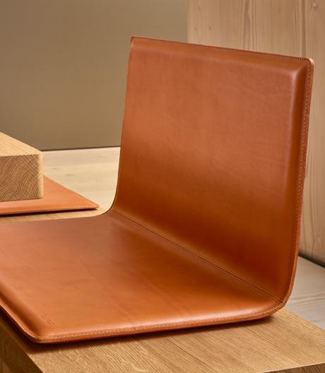 Ein Sitz aus Leder für die Eichenholzbank