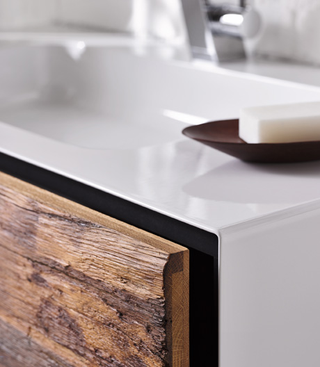 Fachwerk wird Front: Alape lanciert eine limitierte Möbelkollektion aus Altholz.