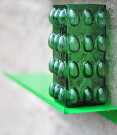 Das pulverbeschichtete Stahlregal vom Berliner Label Kolor ist ein Alleskönner