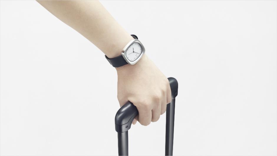 Die neue Armbanduhr von Nendo zeigt Globetrottern die Zeit an.