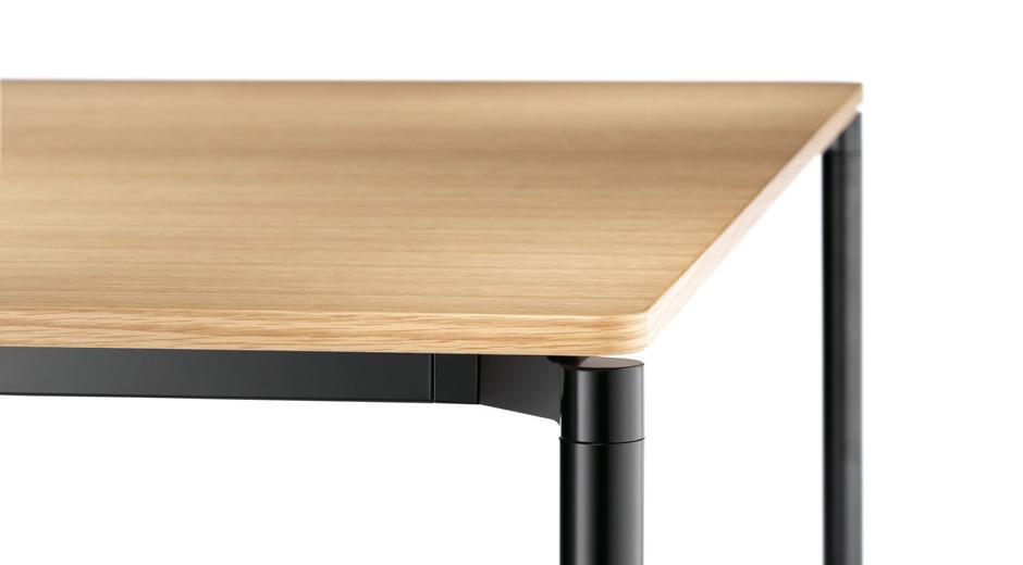 Tisch von Wilkhahn mit abgerundeten Formen