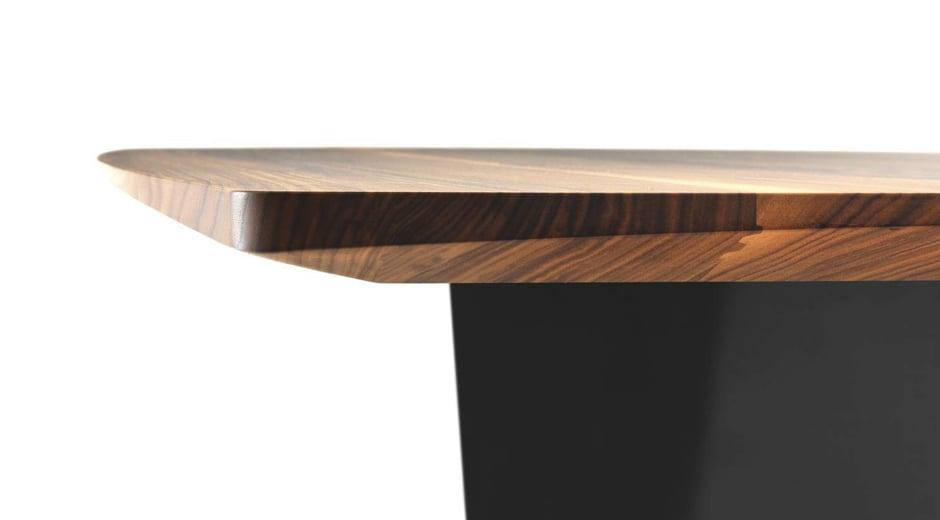 Dieser Tisch von Girsberger lehnt sich an die Form von Booten an