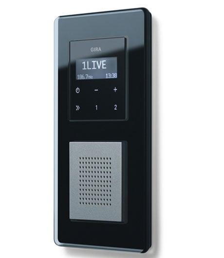 Das kompakte Radio von Gira verschmilzt mit der Wand
