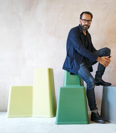 Hört Musik oder tut auch mal nichts: Der Münchner Gestalter über Werkzeuge, Bürokultur und richtig Sitzen.