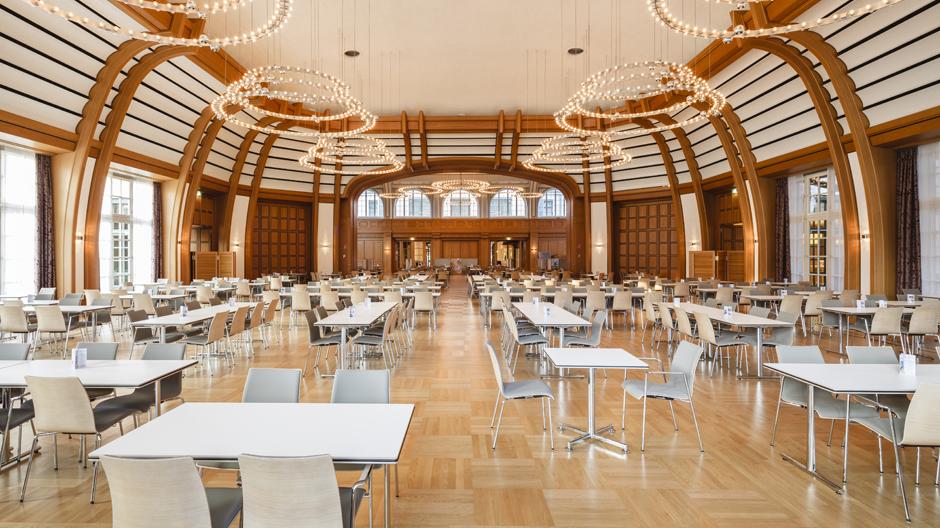 Das historische Bayer Kasino mit neuen Möbeln von Brunner
