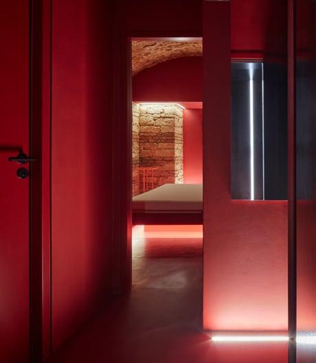 Diskret und bizarr: Lenka Míková hat ein Prager Kellergewölbe in ein mysteriöses Love Hotel verwandelt.