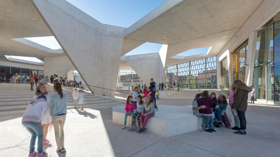 Schule in Madrid von Grüntuch Ernst Architekten mit Sichtbeton-Topografie