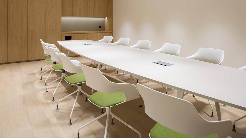 Das Waldhotel Bürgenstock mit Stühlen von Wilkhahn