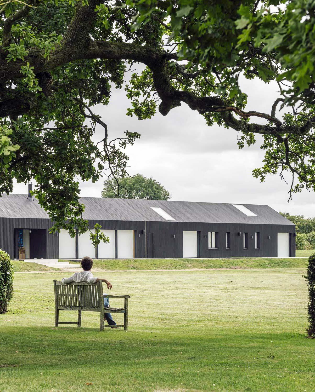 Modernes Cottage von AMPS Arquitectura & Diseño in englischer Hügellandschaft