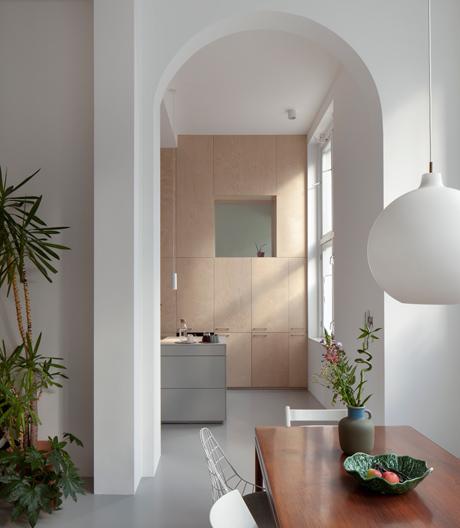 Ein Apartment mit unkonventionellen Winkeln und Durchsichten von Ana Rocha.