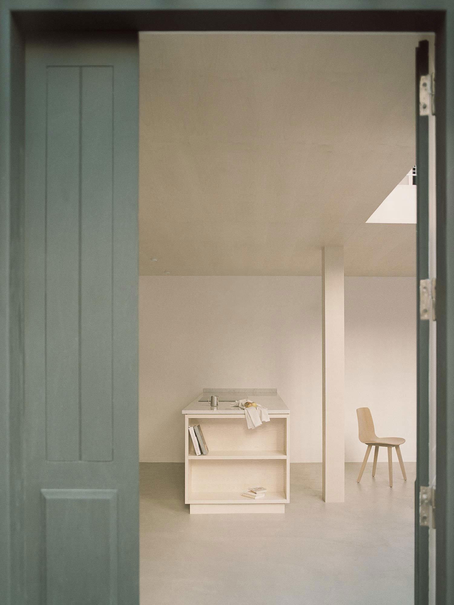 Umbau eines Künstlerstudios von Atelier NEA in Paris