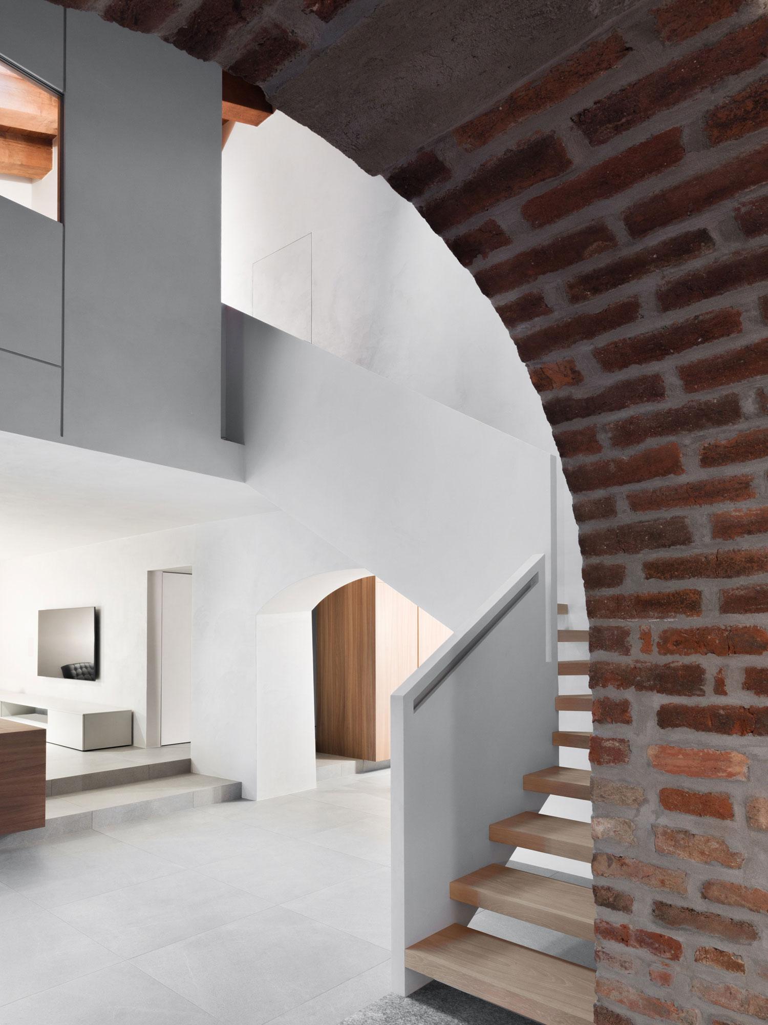 Umbau eines Winzergebäudes von a25architetti in Norditalien