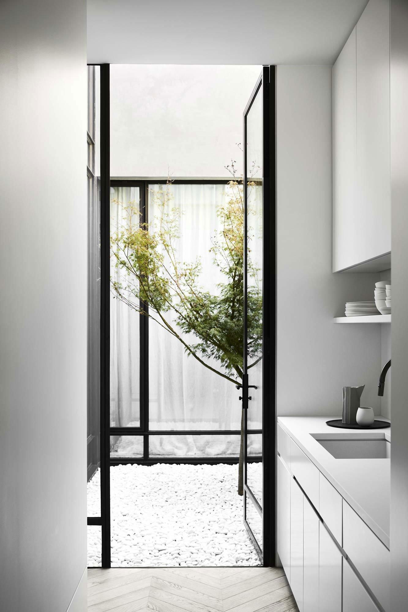 Umbau eines maroden Reihenhauses in Melbourne von Conrad Architects