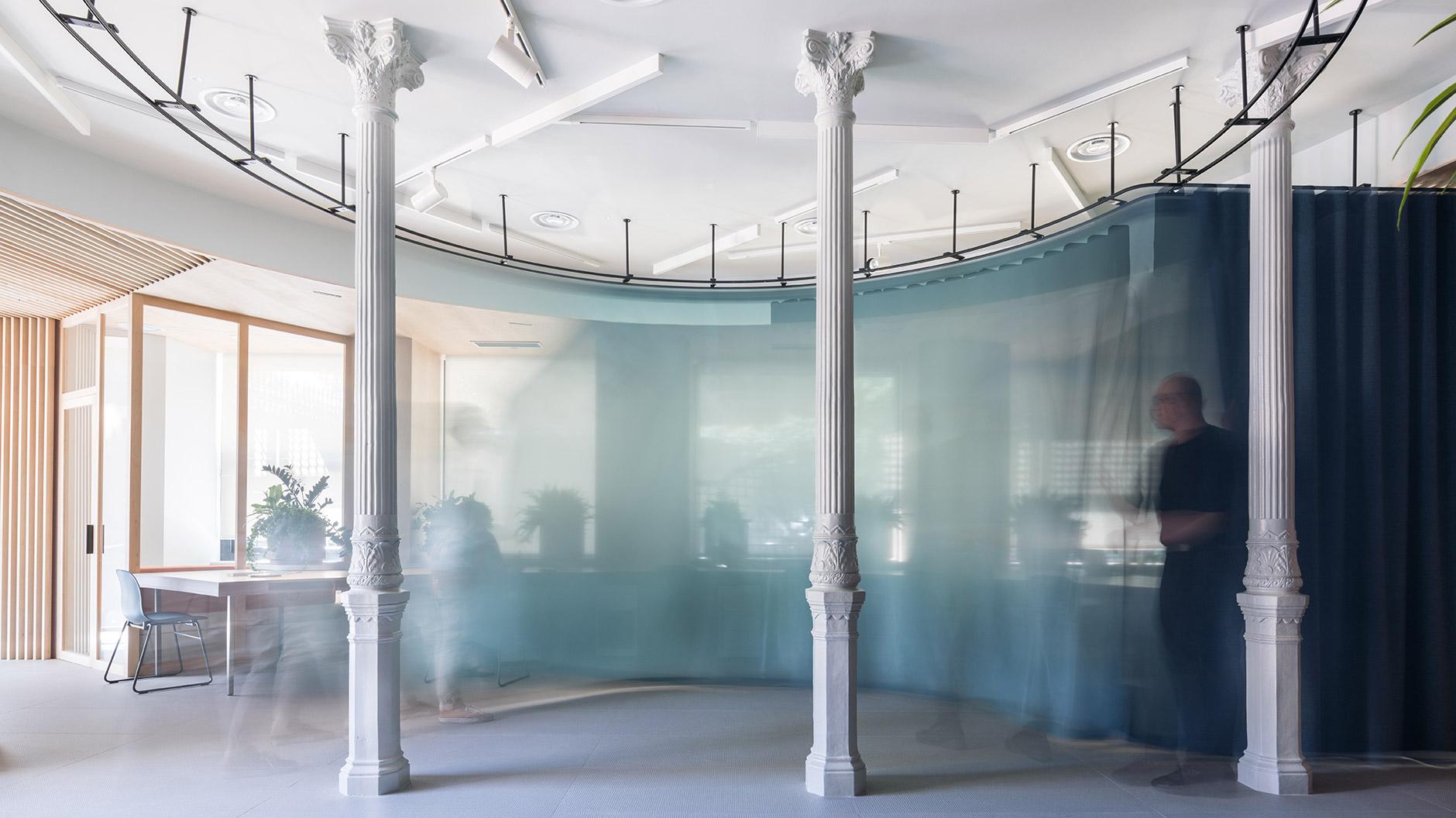 Eine Arbeitslandschaft mit textilen Grenzen von Enorme Studio