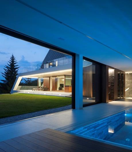Wie sich ein Krakauer Wohnhaus von Mobius Architekci an einen acht Meter hohen Steinbruch schmiegt