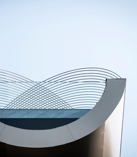 Schwimmen unterm Metallgeflecht: das Bozener Hotel Gloriette.
