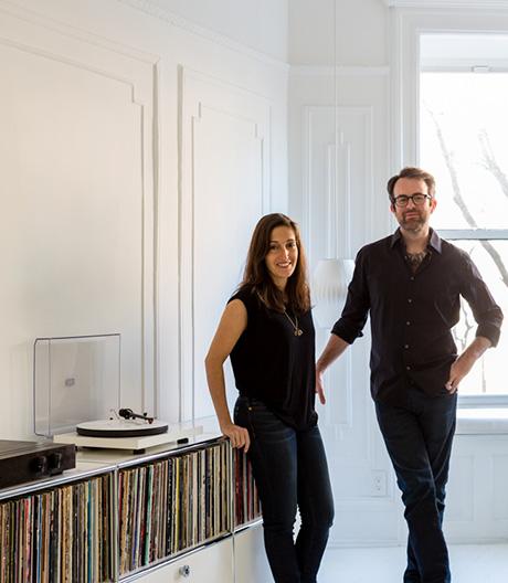 Ein Architektenpaar zeigt, wie man Stauraum mit Systemmöbeln schafft