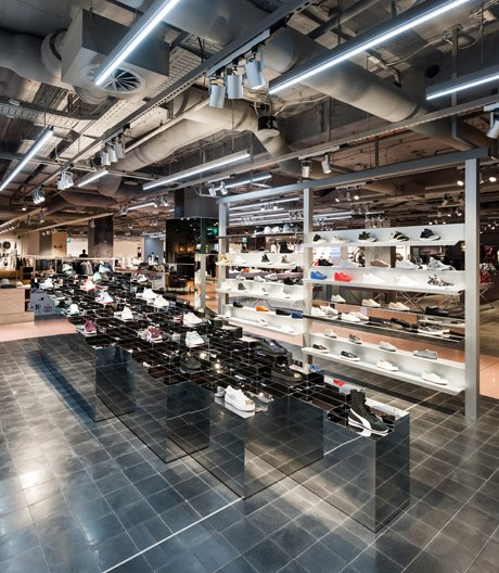 Glänzend in rauem Gewand:Das Münchner Kaufhaus Oberpollinger versucht sich mit einem Umbau neu zu erfinden.