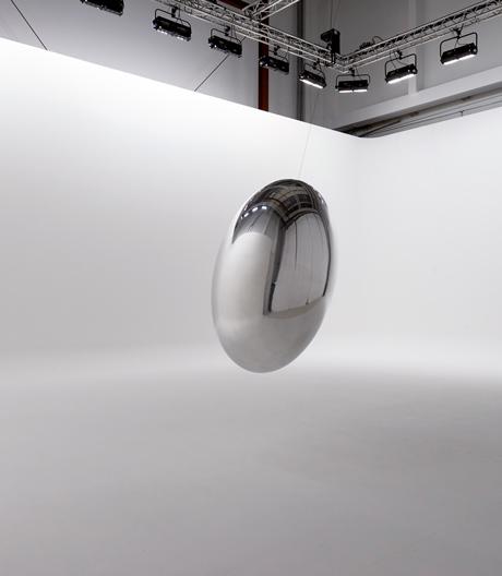 Kein Perpetuum Mobile, aber ein beweglicher Eyecatcher: Ingo Maurers mobiles Pendel-Ei.