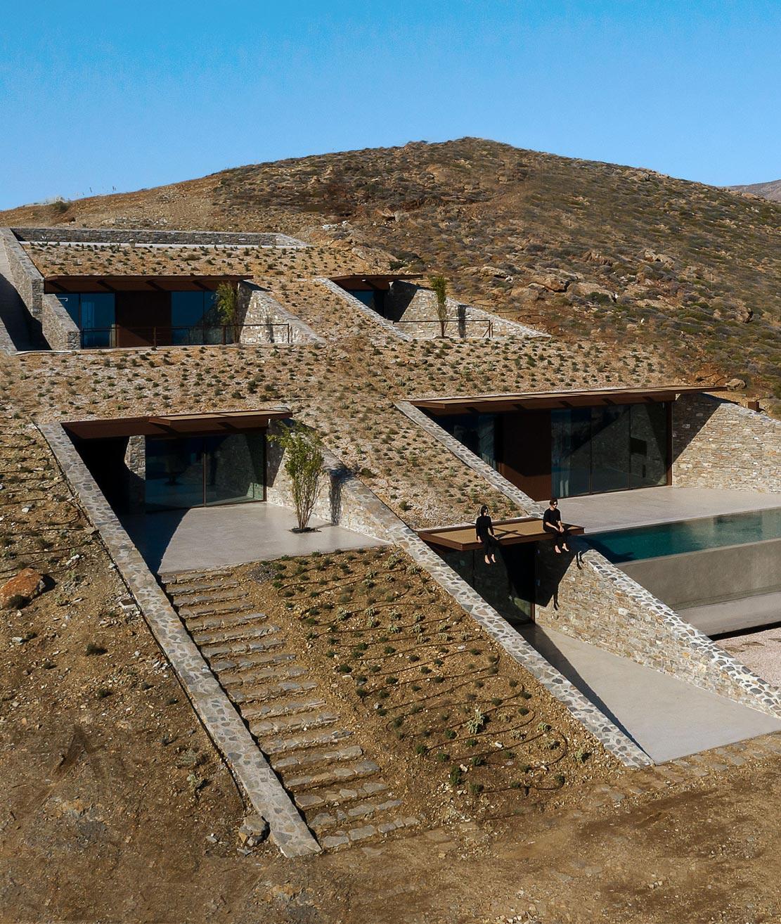 Eine in den Fels geschlagene Villa von Mold Architects