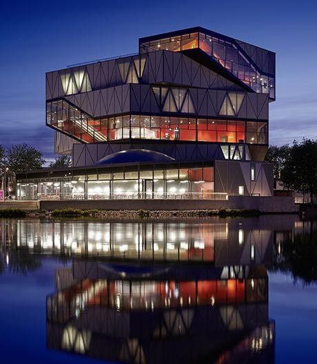 Durch Licht in Szene gesetzt: der Erweiterungsbau des Science Centers experimenta in Heilbronn von Sauerbruch Hutton.