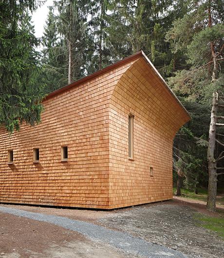 Graubündener Waldhütte von Gion A. Caminada feiert die Natur