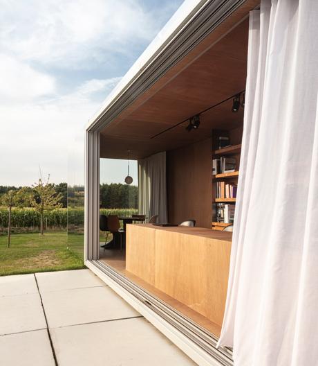 Die Architekten von Toop entwickelten ein Konzept für Minibüros im Schiffscontainer