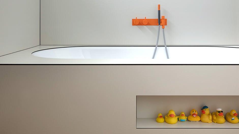 Reduziertes Gestaltungsprinzip mit farbigen Armaturen von Vola