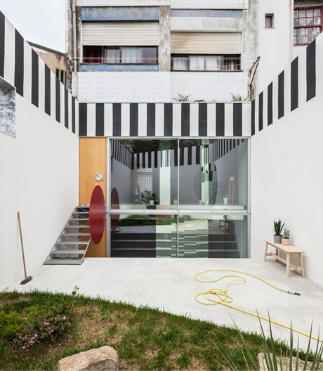 Poppiger Umbau von Fala Atelier in Porto