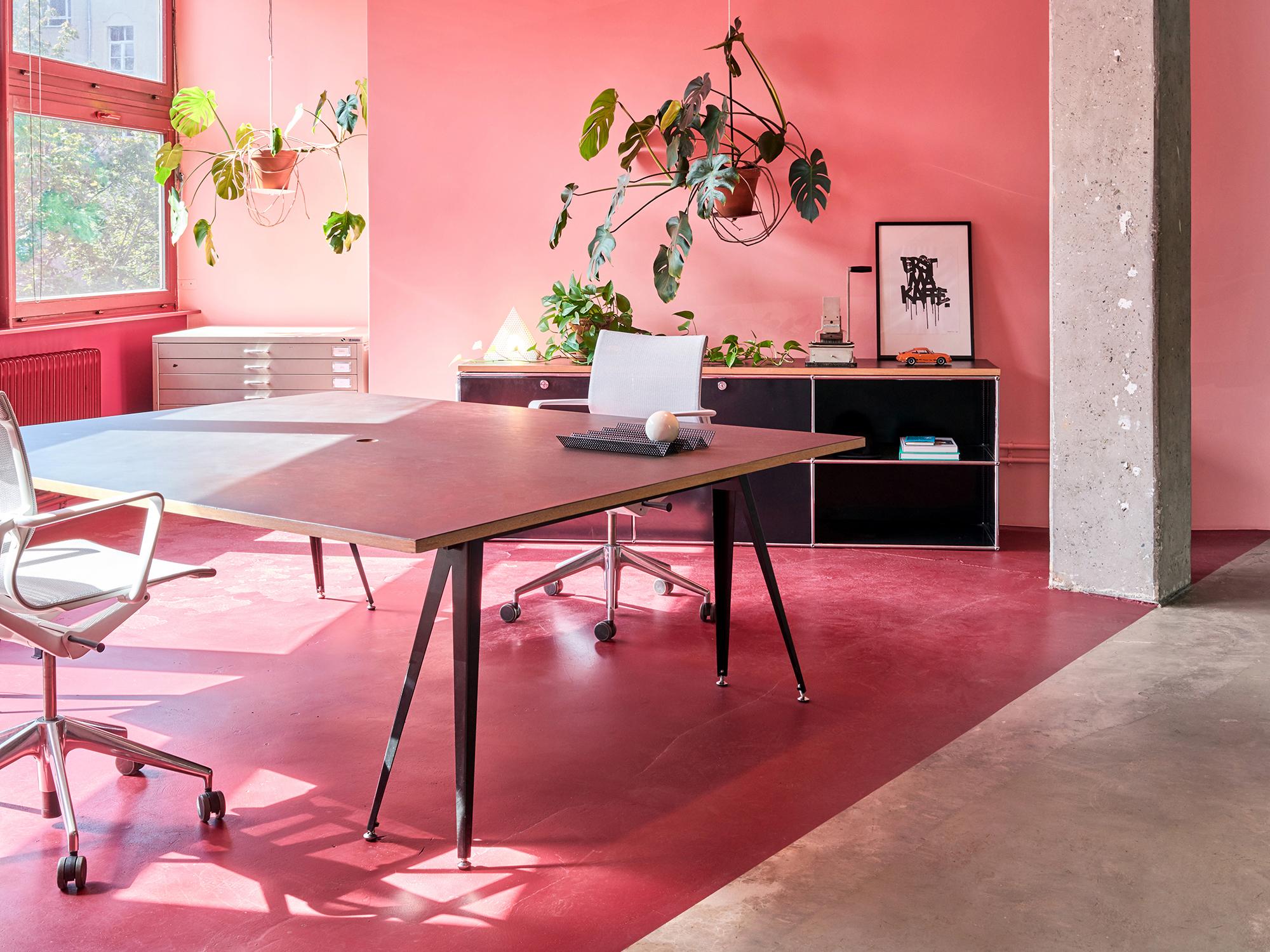 Dasfarbige Büro des Berliner Designstudios Coordination