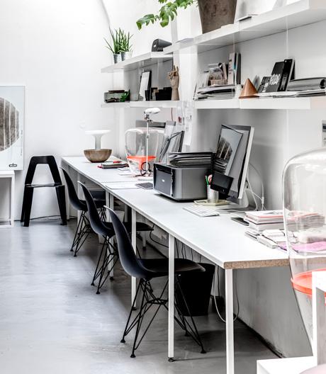 Kompakte Box im offenen Raum: Lucie Koldova führt ihr Studio in einer alten Autowäscherei in Prag.