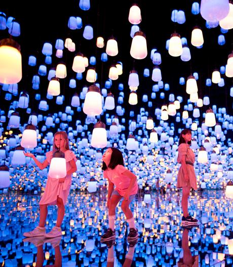 Eine einzigartige psychedelische Welt aus Lichtprojektionen vom Künstlerkollektiv teamLab.