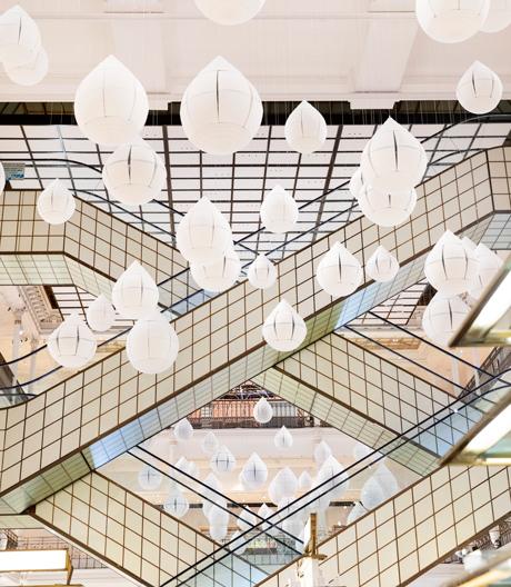 Oki Satos Blütenmeer aus Regentropfen in Paris