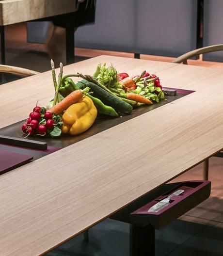Bei bulthaup fusionieren Esstisch und Küchenmöbel