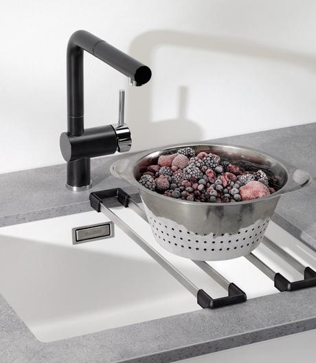 Mit einer Reihe an funktionalem Zubehör lässt Blanco simple Becken zu echten Küchenarbeitsplätzen werden.