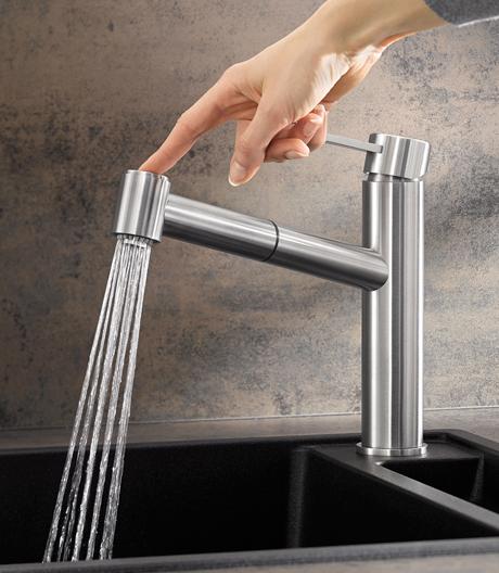 Wenn die Küchenarbeit ruft, steht die Armatur im Fokus. Bei Blanco darf einer nicht fehlen im Materialreigen: massiver Edelstahl.