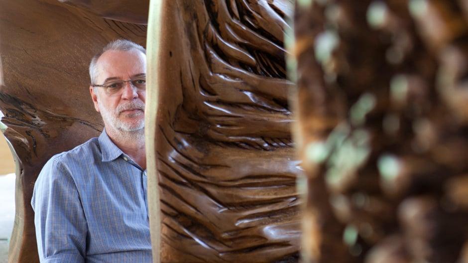 Hugo França fertigt aus jahrhundertealten Baumwurzeln Möbel